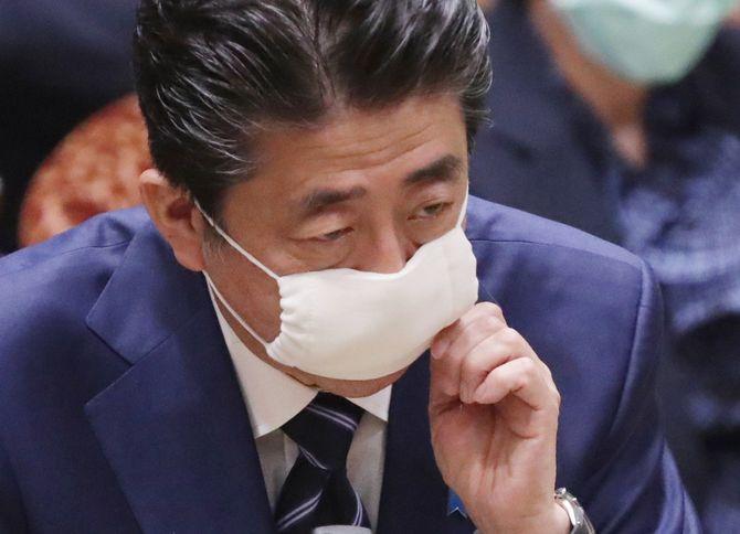 布製マスクを着用して参院決算委員会で答弁する安倍晋三首相=2020年4月1日、国会内