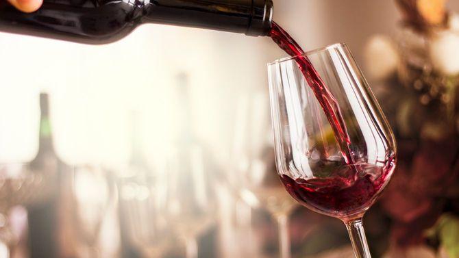 赤ワインをグラスにそそぐ