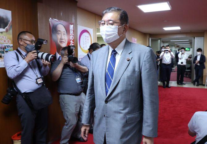 自民党の二階俊博幹事長との面会のため同本部に入る石破茂元幹事長=2021年9月14日、東京・永田町