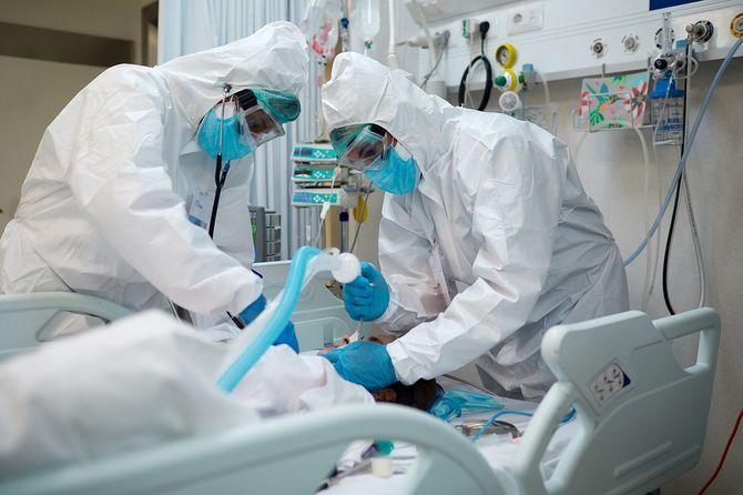 COVID患者を挿管する医療従事者