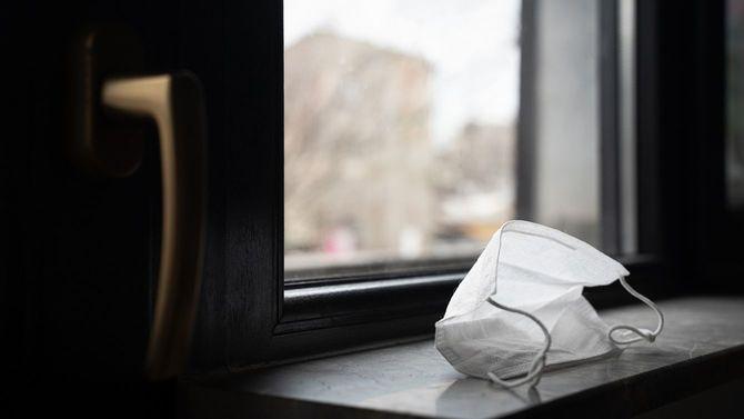 窓のそばに使い捨てマスクが置かれている