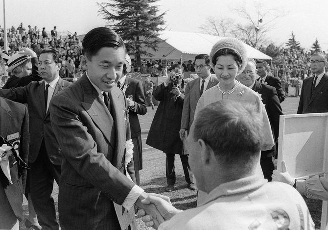 パラリンピック東京大会(第1部国際大会)開会式に出席し、フィールドで各国選手らを激励される皇太子さまと美智子さま=1964年11月8日、東京・代々木の織田フィールド