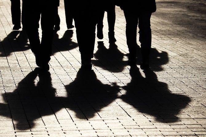 街の通りの人々のシルエットと影