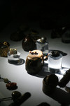二の丸美術の木下コレクションの贅をつくした根付の数々がくっきり見える。(写真:掛川現代美術研究会)