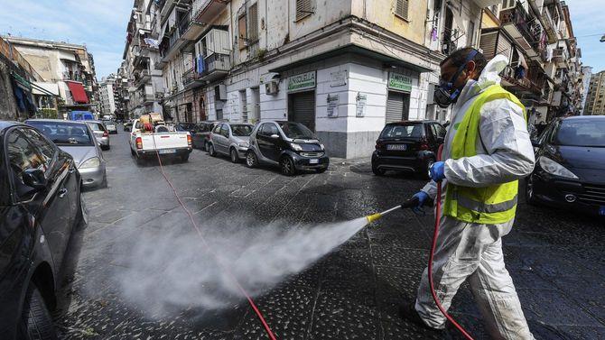 衛星作業員が新型コロナウイルスの感染防止のため、ごく普通の道を消毒している=2020年3月17日イタリア、ナポリ