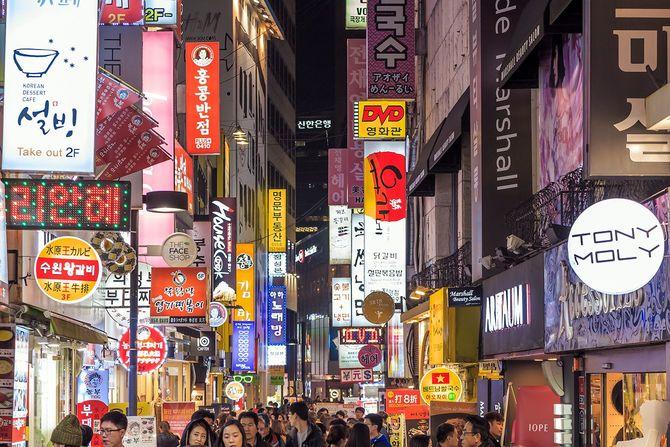 韓国の夜の繁華街