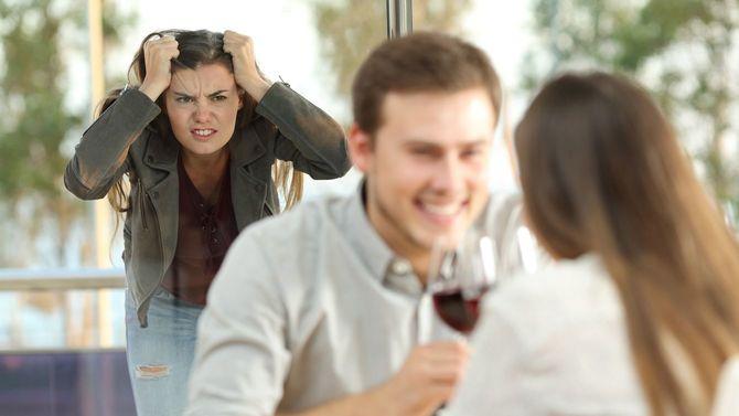 不実な恋人に怒っている女性