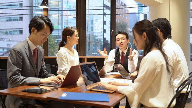 オフィスで会うアジアのビジネスの人々
