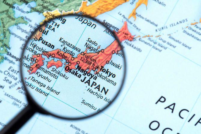 日本の関東から九州辺りが拡大鏡で拡大されて見えている地図