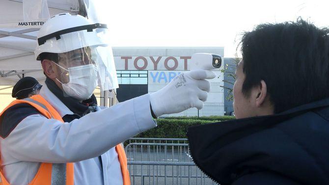 作業の前に従業員の検温を行うフランスのトヨタ工場=2020年4月21日