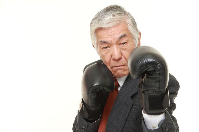 グローブをつけてファイティングポーズをとる日本人シニア男性