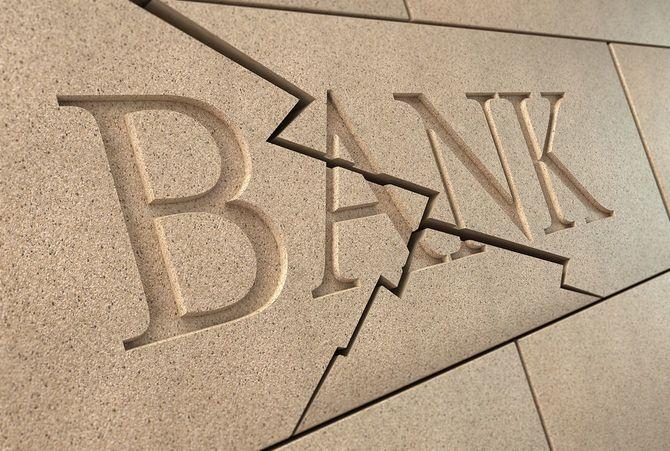 倒れる銀行サイン