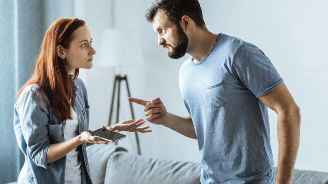 お前が間違っている!と妻を指さし怒りに満ちている夫