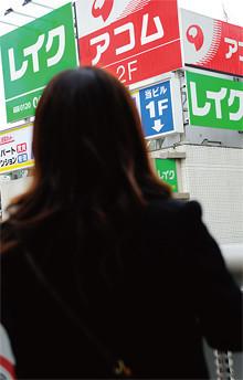 神奈川県川崎市在住<br> 夫●33歳妻●33歳<br> 10カ月の長男と3人暮らし。ベビーカーを押して、母親どうしや、昔の友達とよく出歩く。「『外食代が多すぎる』って夫に怒られます」。撮影場所は駅前雑居ビル周辺。「あの看板の前で……」と恐る恐る注文をつけると、大笑いして即OK。