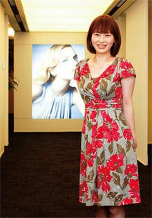 """「中国出身ですが、""""日本可愛い""""が大好きです」<br> <strong>コーセー国際事業部国際営業一課 梅谷ゆき</strong>●age40。北京大学を卒業後、立教大学に留学を経て現職。最近、横浜にマンションを購入。「服を選ぶとき、私は本当に男性は全然意識していないですね。自分が一番合う服、自分のよさを一番出してくれる服を選びます」。この日のワンピースはワールドが展開する""""働く女性のスイートブランド""""Sunauna。"""