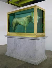 <strong>「The Golden Calf」 Damien Hirst</strong><br>(本体のサイズ/215.4×320×137.2 cm)<br>・落札予想価格:£8,000,000-£12,000,000<br>・落札価格:£10,345,250