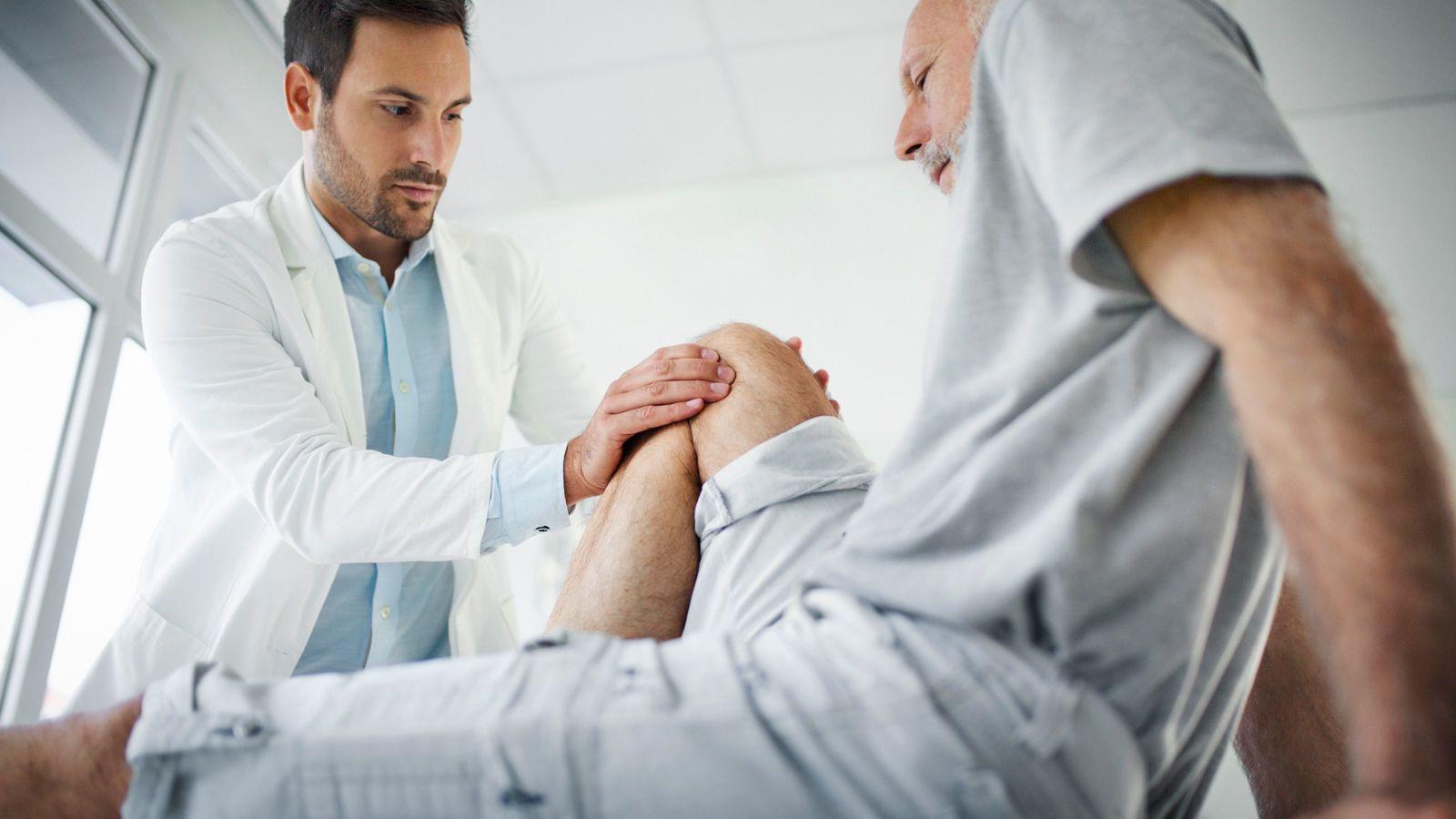 「膝の痛みは筋力をつけて治しなさい」は大ウソ 階段上り下りで軟骨がすり減る人も