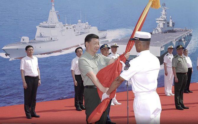 2021年4月23日に中国・海南島で行われた初の強襲揚陸艦の就役式に出席した習近平国家主席