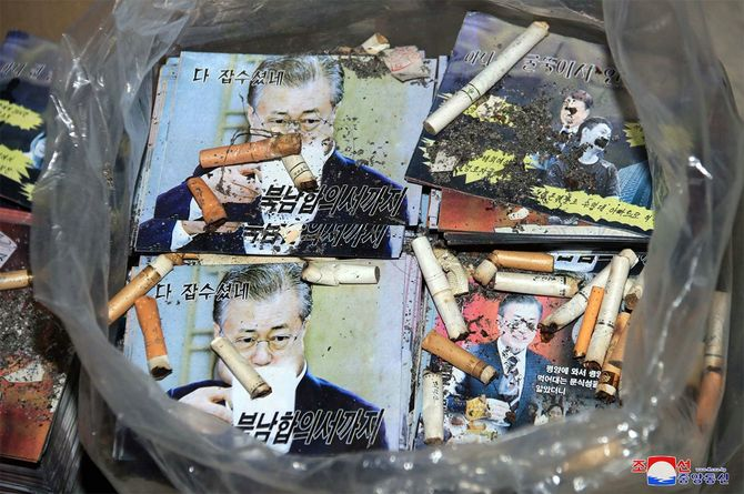 南朝鮮(韓国)の「脱北者」団体による対北ビラ散布と南当局の黙認に対抗して散布準備が進められている対南ビラ。朝鮮中央通信が20日配信した=2020年6月