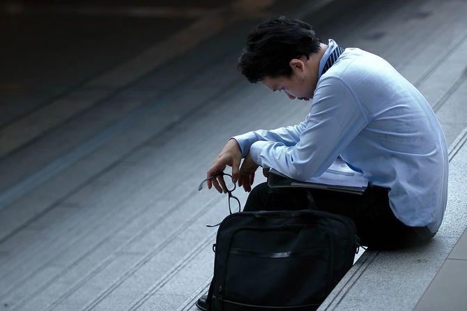 イライラ ストレス若いアジア ビジネス男ひずみを感じ、試みたまたは階段にがっかりしました