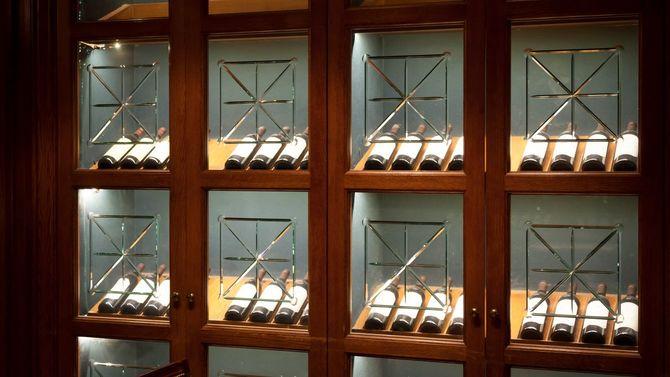 ガラス戸に並ぶワインのコレクション