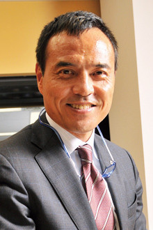 <strong>ローソン社長 新浪剛史</strong>●1959年、神奈川県生まれ。81年慶應義塾大学経済学部卒業、三菱商事入社。配属は砂糖部。91年ハーバード大学経営大学院修了、MBA取得。95年ソデックス創業のため出向。2000年ローソンプロジェクト統括室長を経て、02年ローソン顧問から社長に。06年より経済同友会幹事。趣味のバスケットでは横浜翠嵐高校で関東3位に入賞。
