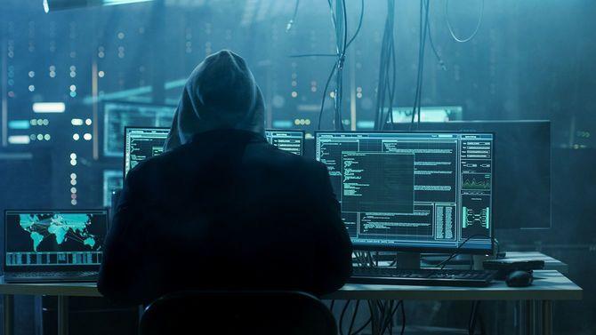 危険なフード付きハッカーは政府データ サーバーに侵入し、ウイルスに彼らのシステムに感染します。彼のアジトの場所はどこに暗い雰囲気、複数のディスプレイ ケーブルです。