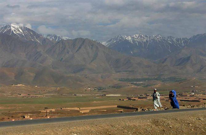 アフガニスタン北部を歩く男女