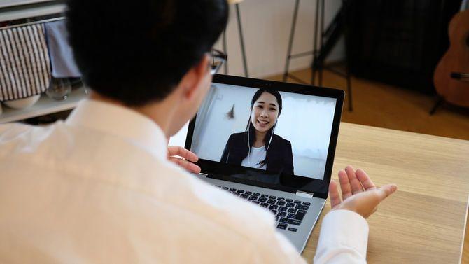 ウェブ会議で同僚と話すビジネスマン
