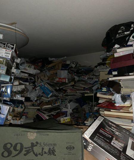 あるゴミ屋敷の室内。天井まで趣味のプラモデルなどが積み上げられていた。