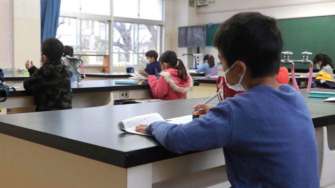 臨時休校になり校内を開放して児童を預かる小学校=2020年3月2日、さいたま市浦和区
