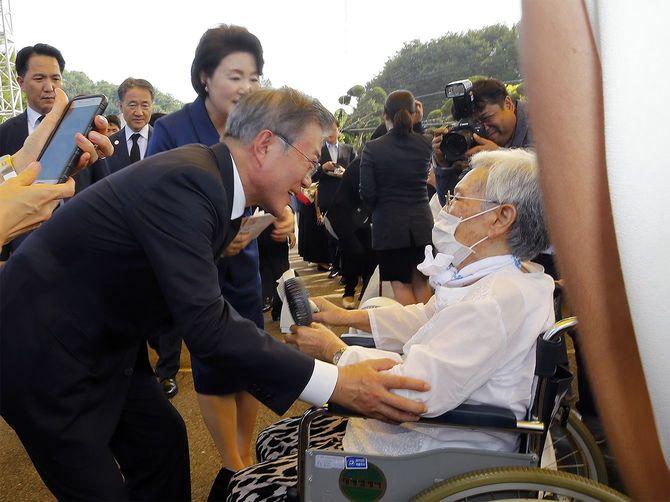 元慰安婦と対面する韓国の文在寅大統領(韓国・天安)=2018年8月14日