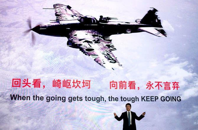 2020年5月18日、中国南部広東省深圳市の華為本社で開催された「華為グローバルアナリストサミット2020」で講演する華為回転会長の郭平氏。世界中からチップ供給を遮断しようとするトランプ政権の動きに、世界の産業に混乱をもたらす「悪質な」攻撃だと非難した。