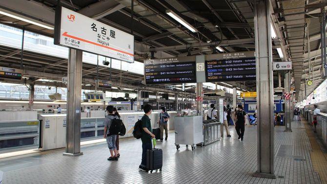 愛知県独自の緊急事態宣言発令でお盆の帰省客はまばらとなった東海道新幹線の名古屋駅ホーム=2020年8月8日午前、名古屋市中村区