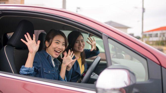 車を発進させようとしている若い女性たち