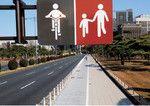 分離走行を示す標識。自転車走行部分も歩道であり、自転車は歩行者優先で徐行が必要。このように自転車が歩道を走ると、歩行者との事故だけでなく、交差点での自動車との事故も増えるとの指摘がある。(PANA=写真)