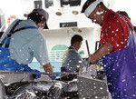 お金より「仕事」で被災地は活気づく(震災後初水揚げで活況を呈する気仙沼市魚市場)。(PANA=写真)