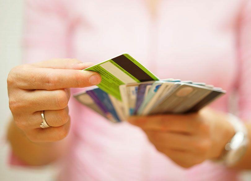 """妻は""""カード""""で夫の不倫を常時監視できる お得なデビットカードの意外な使途"""