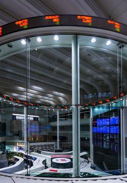 2018年10月、東京証券取引所のメインルーム(写真=Kakidai/CC-BY-SA-4.0/Wikimedia Commons)