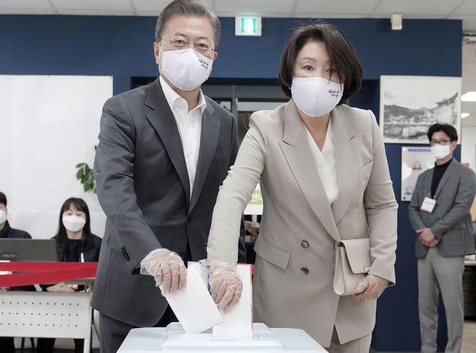 2020年4月10日、手袋にマスク姿で、妻と共に期日前投票を行う文在寅大統領。