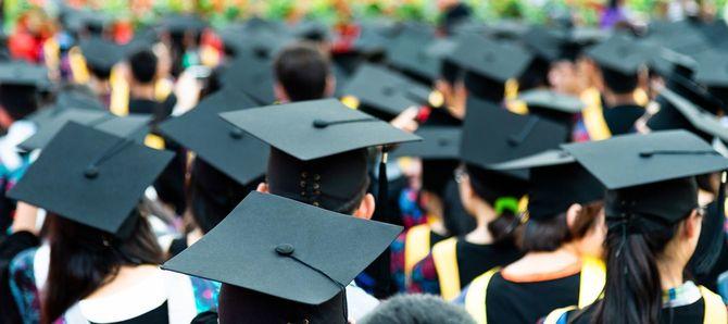卒業式での卒業帽の後ろ姿