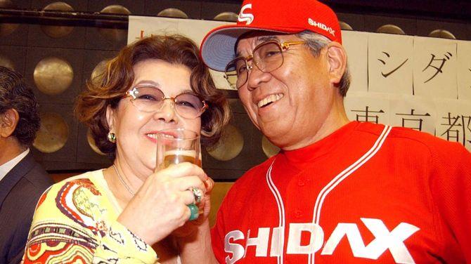 <シダックス祝勝会>祝勝会で野村沙知代夫人(左)と笑顔で乾杯するシダックス・野村克也監督=2003年06月24日、日本青年館