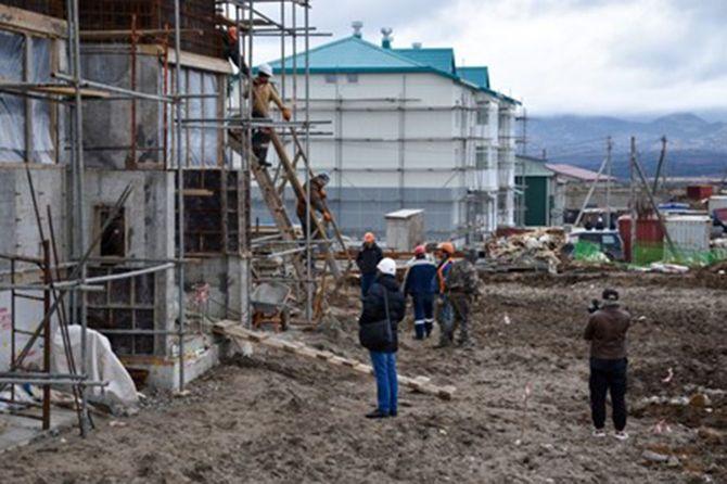 国後島の中心地、古釜布で進む集合住宅の建設工事