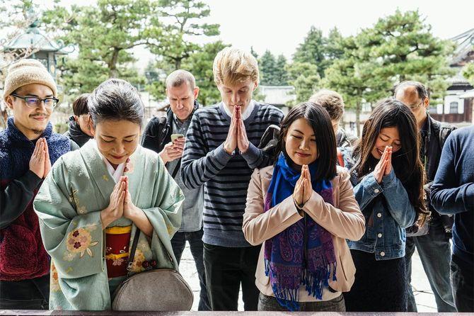 日本のお寺で拝む各国の人