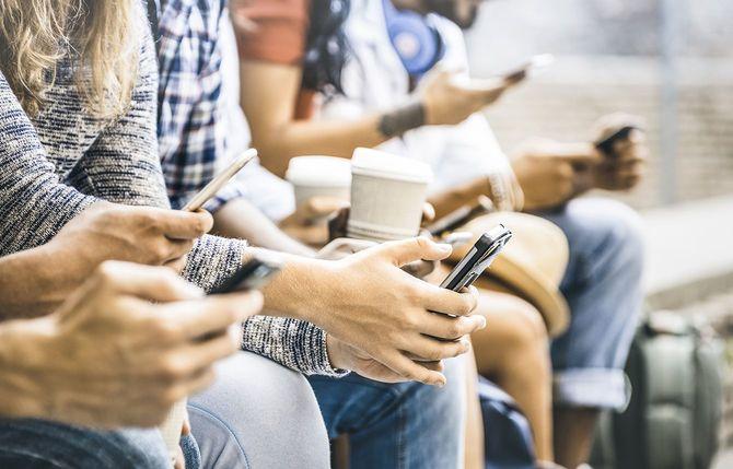 モバイル スマート フォン - 接続されたトレンディな新世紀の技術コンセプト