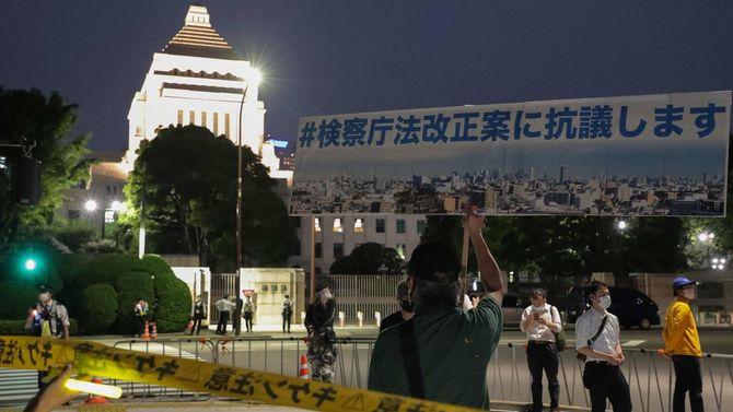 検察庁法改正案に抗議するため国会前に集まった人たち=2020年5月15日、東京都千代田区