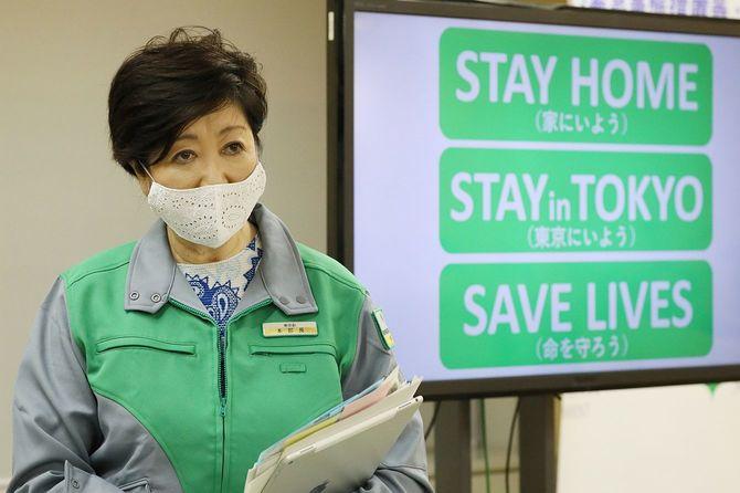 記者会見を終えて退出する東京都の小池百合子知事