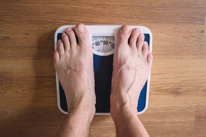 体重計に乗っている人の足
