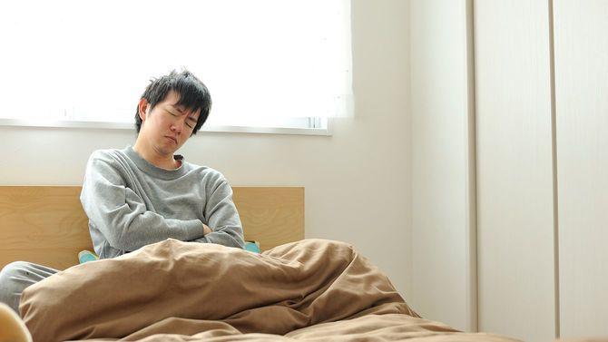 寝起きの日本人男性