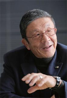 <strong>岩田弘三</strong> いわた・こうぞう●1940年、兵庫県生まれ。兵庫県立東神戸高校中退。65年神戸市に西洋料理店「レストランフック」を開業。72年ロック・フィールドを設立、社長に就任。2000年に東証・大証一部上場を果たした。同社の年間売上高は457億円(09年度)、店舗数は302(10年5月1日現在)。